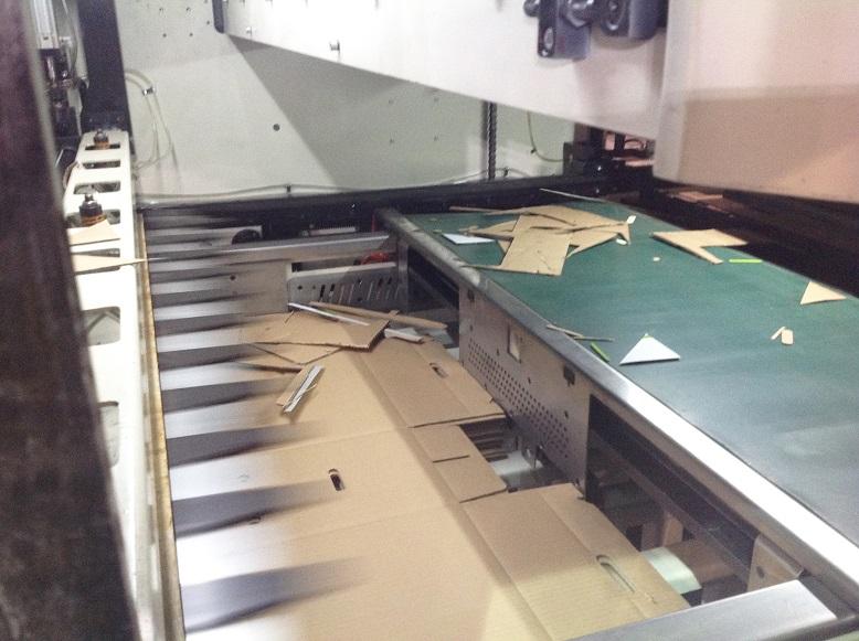 Автоматический плосковысекательный пресс с удалением облоя LEGION